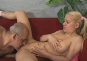 Daddy tastes his daughter pussy on the sofa
